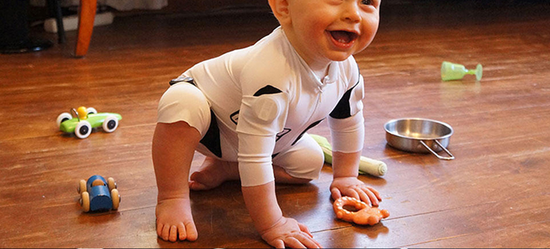 Slimme jumpsuit meet hoe baby zich ontwikkelt