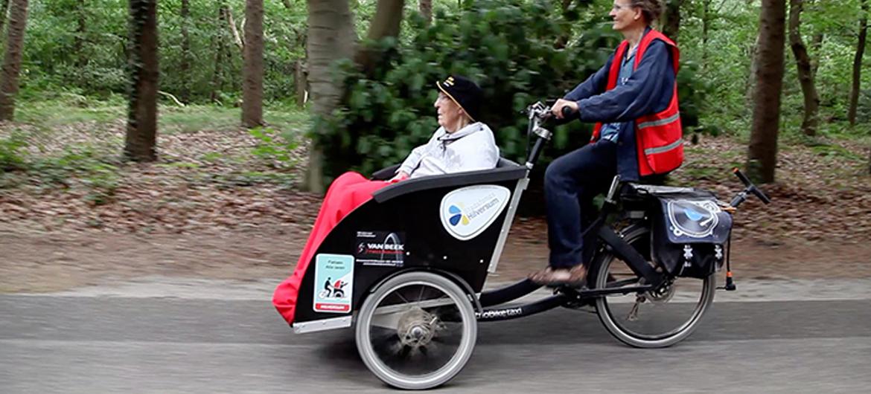 Fietsvrijwilligers nemen ouderen mee op pad