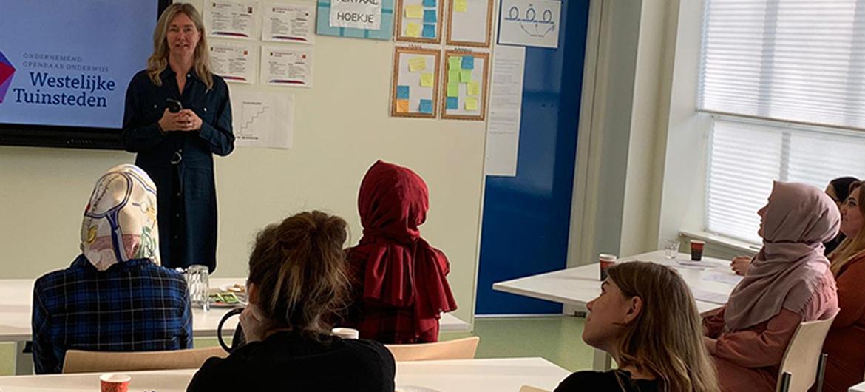 Amsterdamse scholen zetten gevluchte leraren in