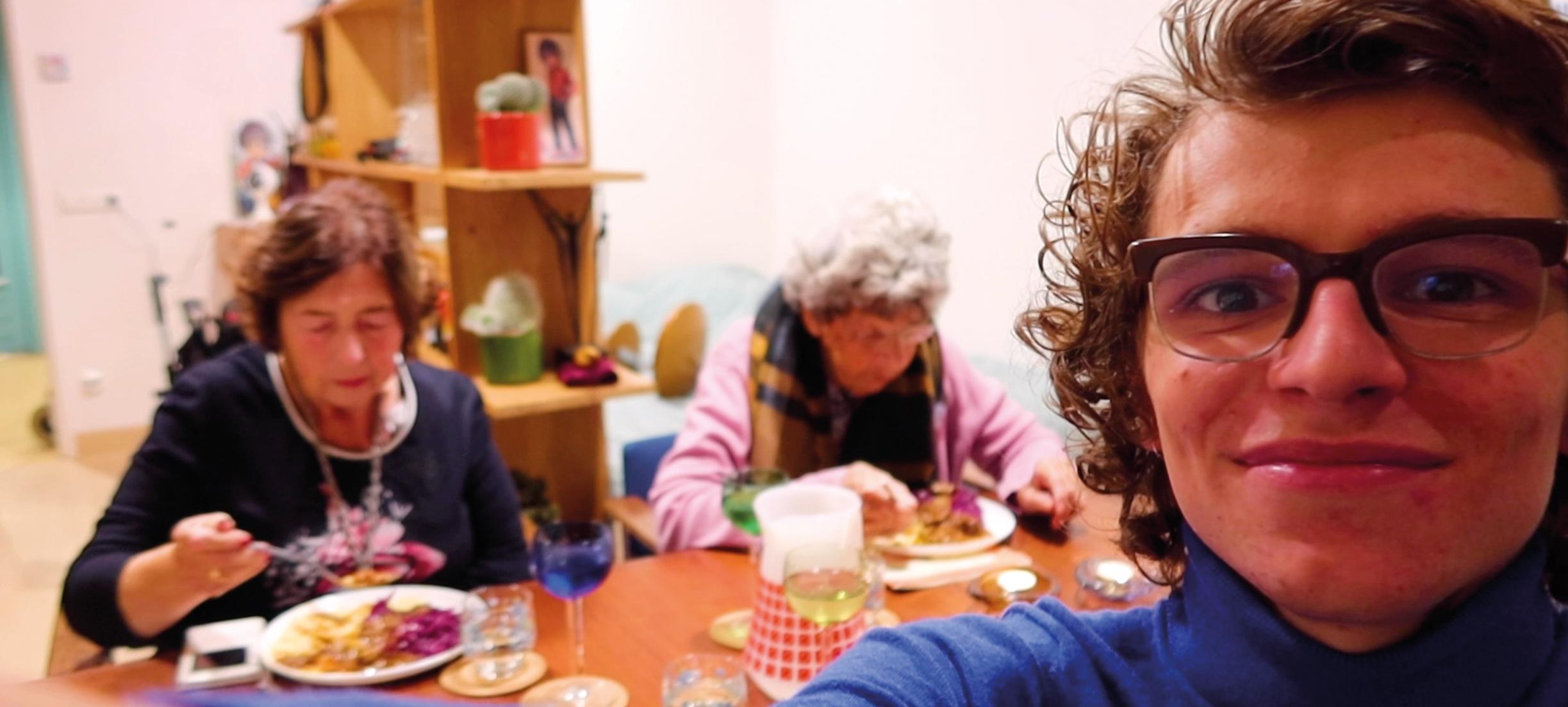 Verpleegkundige Teun (21) woont samen met mensen met dementie