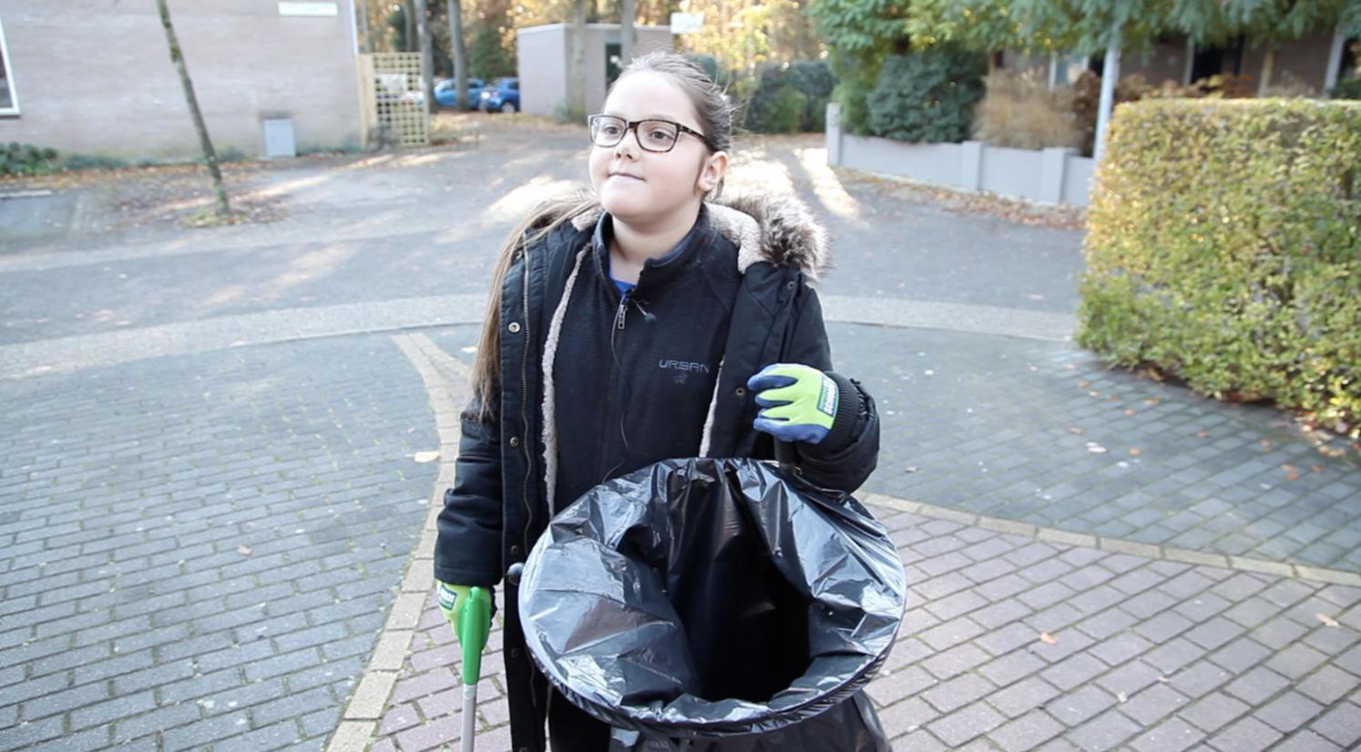 12-jarige Lily heeft al 22.000 stuks plastic opgeruimd