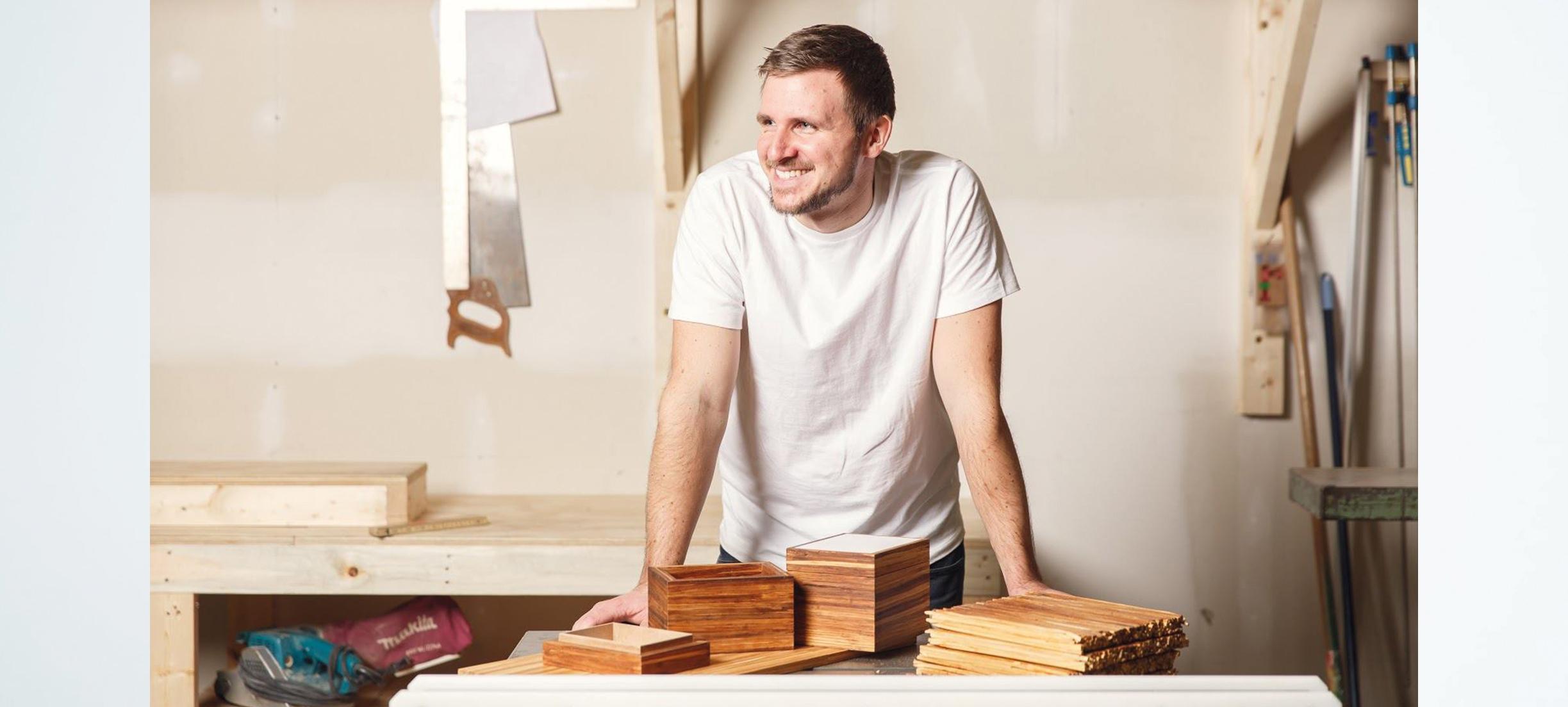 Deze ondernemer maakt meubels van gebruikte eetstokjes