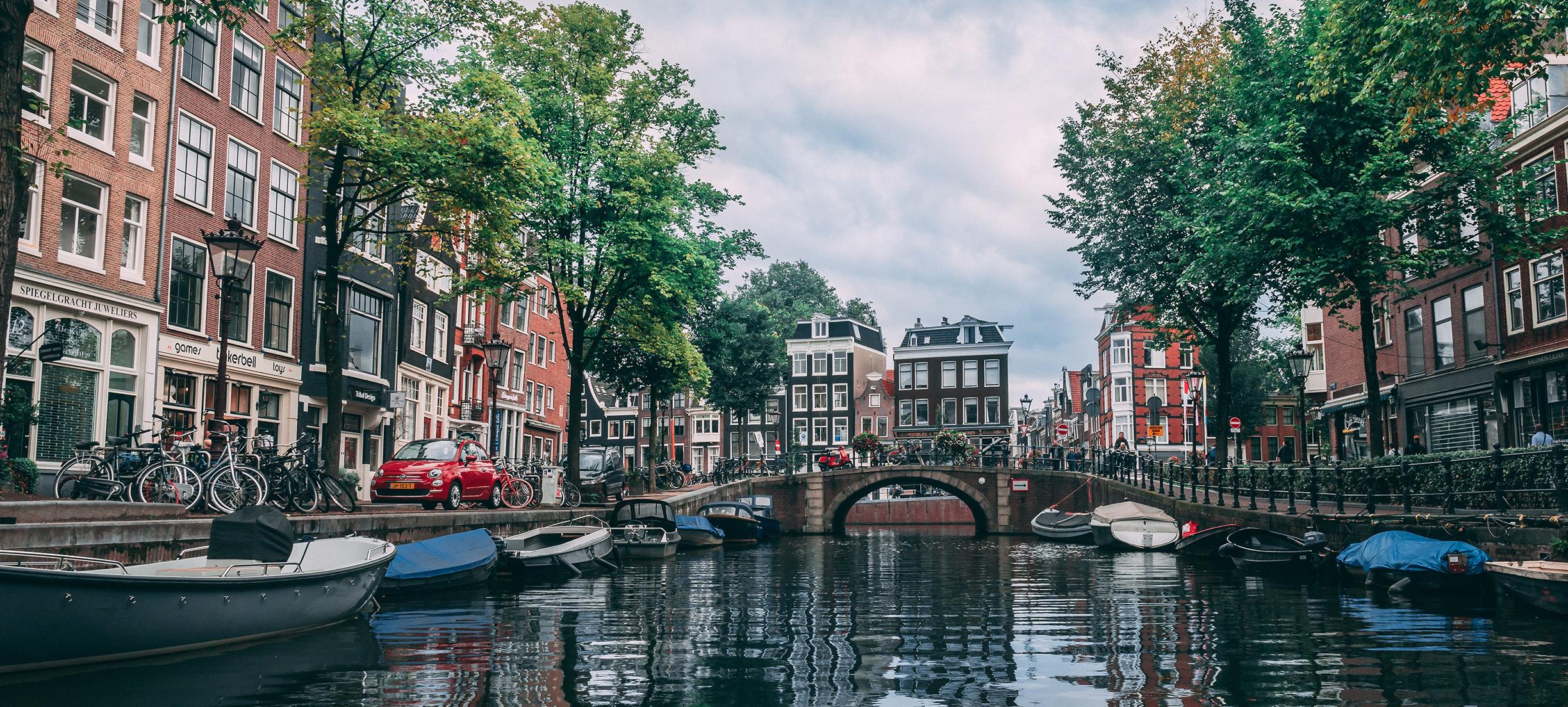 Amsterdam zet vuilnisboten in om kades te sparen